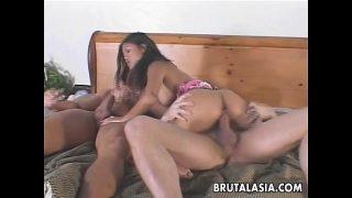 สาวไทยโดน2หนุ่มฝรั่งรุมเย็ด คลิปโป๊สวิงกิ้ง Ravishing Asian slut enjoys a kinky threesome